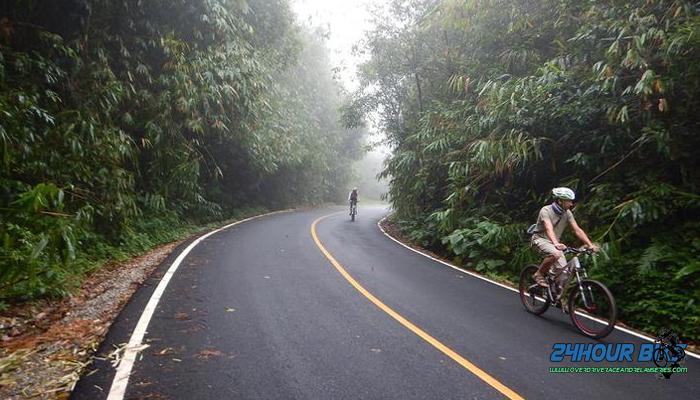 ปั่นจักรยานไปสูดอากาศบริสุทธิ์และล่องแพกันที่กาญจนบุรี