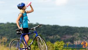 สำหรับนักปั่นควรจะต้องดื่มน้ำเท่าไรถึงพอดี การดื่มน้ำกับนักกีฬานั้นเป็นของคู่กัน ยิ่งเป็นกีฬากลางแจ้งอากาศร้อนอย่างปั่นจักรยานยิ่งต้องจำเป็น