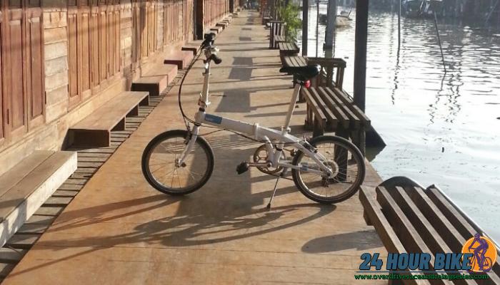 เส้นทางปั่นจักรยาน ที่ตลาดน้ำอัมพวาจังหวัดสมุทรสงคราม ถ้าจะพูดถึงเส้นทางปั่นจักรยานที่ติดกับแม่น้ำละก็ เราจะไม่พูดถึงที่นี้ไปไม่ได้เลย